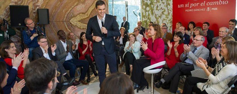 Pedro Sánchez, rodeado de su 'gabinete'