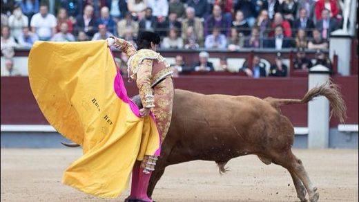 San Isidro: un Roca Rey espectacular y valiente salva una tarde con nueve pésimos toros