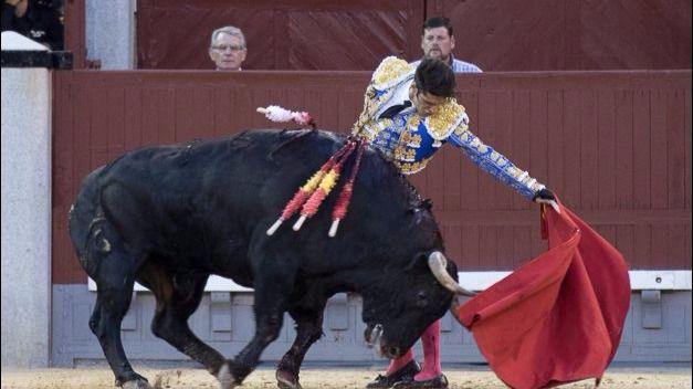 Natural de Talavante a su segundo toro, del que obtuvo una oreja