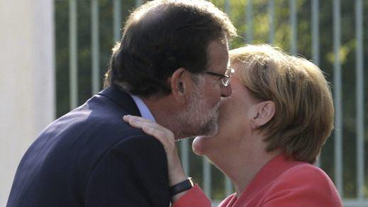 Salvados por Merkel: la canciller alemana evitó la sanción europea a Rajoy por el déficit