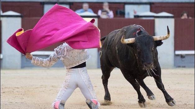 José Garrido en el valentísimo quite de rodillas al último de la tarde.