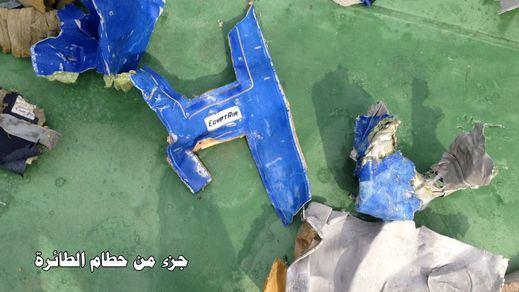 El Ejército egipcio habría recuperado ya las cajas negras del avión; Francia confirma la alerta por humo