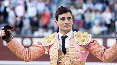 Paco Ureña pasea la oreja que cortó al quinto de la tarde