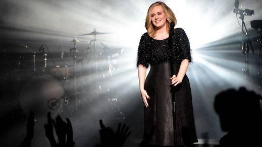 Adele arrolla y cautiva a Barcelona en el primero de sus dos conciertos