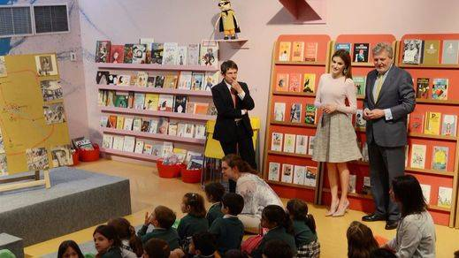 La Reina Letizia inaugura la Feria del Libro con Alan Moore, Nietzsche o Roald Dahl