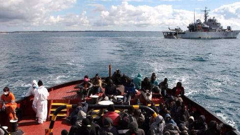 Un barco de refugiados navega en el Mediterráneo