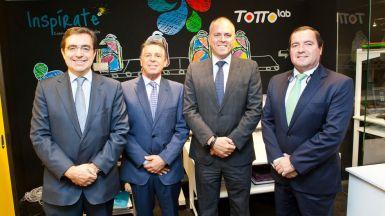 De izquierda a derecha, Santos Simón Félix, director regional de El Corte Inglés; Yonatan Bursztyn, presidente de Totto; Joaquín Benitez, director de El Corte Inglés de Sanchinarro; y Carlos Martínez. director general de Totto España