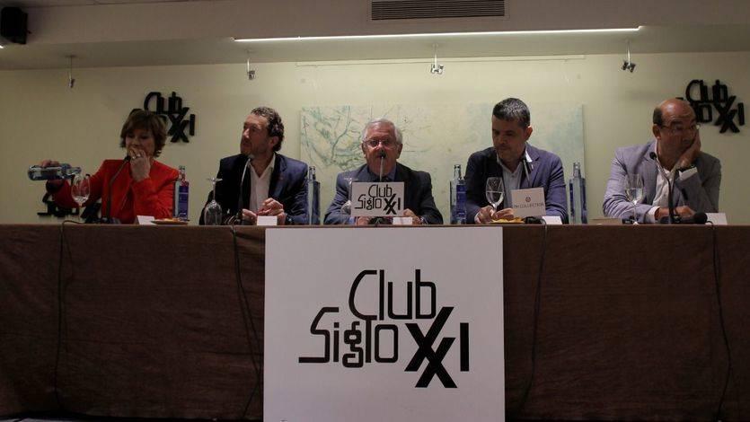 Fernando Jáuregui y Federico Quevedo, los autores del libro, entre Nativel Preciado, Alfredo Menédez y Ángel Expósito, en el Club Siglo XXI.