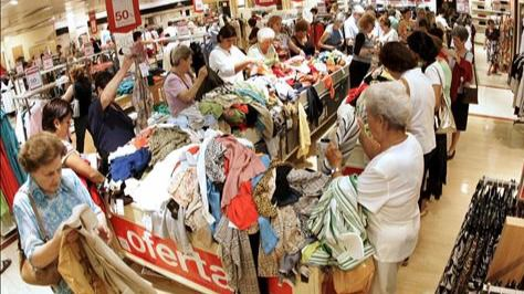 La economía real no cuadra con el optimismo del Gobierno: la confianza del consumidor cae tres décimas en mayo y encadena cinco meses de descensos