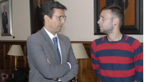 Alejandro Fernández, a la derecha, junto al alcalde de Granada