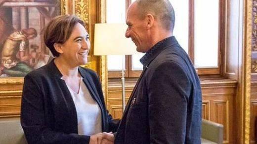 Nueva polémica para Ada Colau: la carísima estancia de Varoufakis como invitado de honor en Barcelona