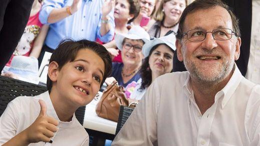 Rajoy vuelve a prometer bajada de impuestos, y del precio de las chuches, junto a su 'miniyo' murciano