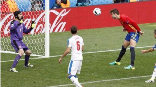 La Roja, muy superior a la República Checa, hizo una buena faena que remató Piqué (1-0)