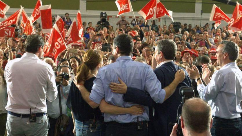 Sánchez abrazado a Soraya Rodríguez y Zapatero, este viernes en Valladolid.