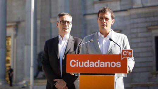 Albert Rivera y José Manuel Villegas delante del Congreso en el penúltimo día de campaña