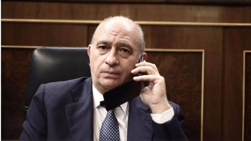 El escándalo de las grabaciones a Fernández Díaz crece: la Policía intenta requisar a 'Público' los audios sin orden judicial