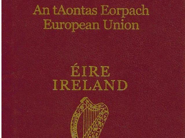 Británicos de ascendencia irlandesa piden en masa el pasaporte irlandés en Londres tras el 'Brexit'