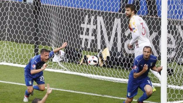 Pellé celebra el segundo gol italiano, que fue la puntilla para España