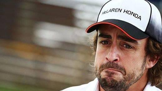 Alonso carga contra el equipo por un error que le relega a la 14ª posición: