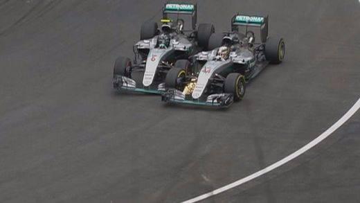 Rosberg regala la victoria a Hamilton con una polémica maniobra. Alonso abandona; Button, sexto