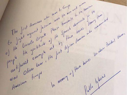 La dedicatoria antifascista de Pablo Iglesias. Esta vez su regalo ha sido un libro sobre la Brigada Lincoln
