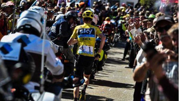 Froome corre hacia la meta tras ser derribado de su bici