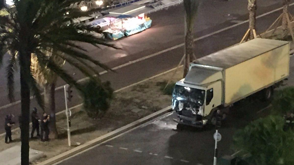 Decenas de muertos en Niza: las autoridades piden a la población que se encierre en casa