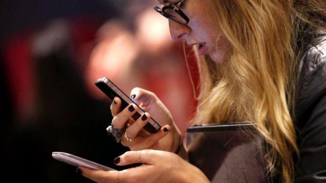 Adicción al móvil: los españoles no aguantan una hora sin revisar su WhatsApp