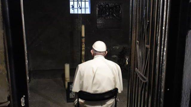 El Papa, emocionado en su visita Auschwitz: 'Señor, perdona tanta crueldad'