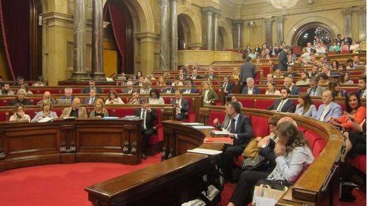 El Constitucional no saca aún la mano dura que exigió el Gobierno con el Parlament, pero amaga