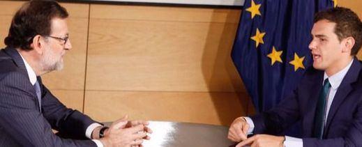 Rajoy y Rivera abren una línea de diálogo pero no para negociar la investidura