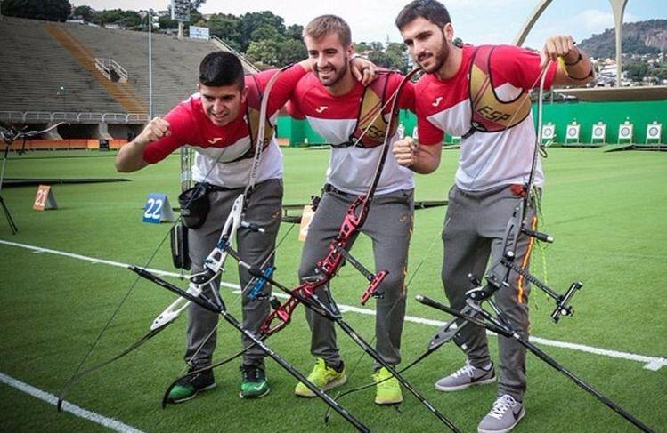 Los tres componentes del equipo olímpico de tiro con arco.