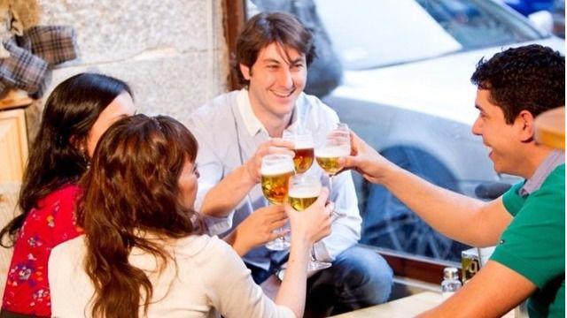 Fin del 'postureo': el 83% de los españoles prefieren los momentos auténticos en el bar de siempre