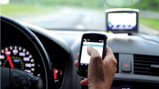 Acceder a Internet en el coche encabeza las distracciones más comunes entre conductores que causan accidentes de tráfico