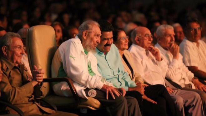 Fidel reaparece 'mudo' y desmejorado para recibir un homenaje por su 90 cumpleaños