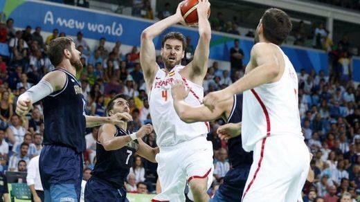 España salva su primera 'final' en Río con otra exhibición y paliza ante Argentina (92-73)