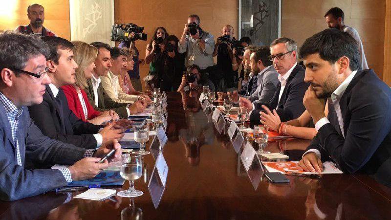 Los equipos negociadores de Ciudadanos y PP se reúnen por primera vez en el Congreso
