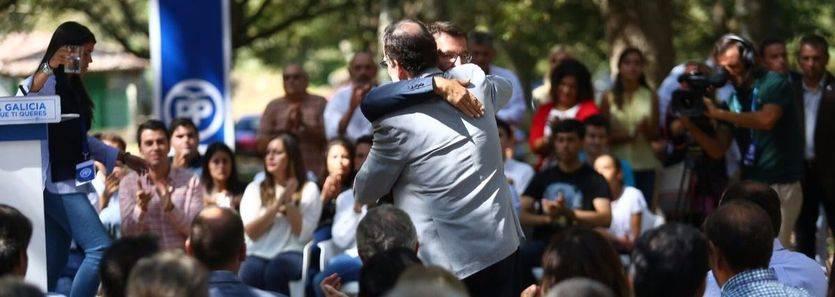 Rajoy y Feijóo se abrazan, este sábado, en el acto de precampaña celebrado en Cotobade (Pontevedra)