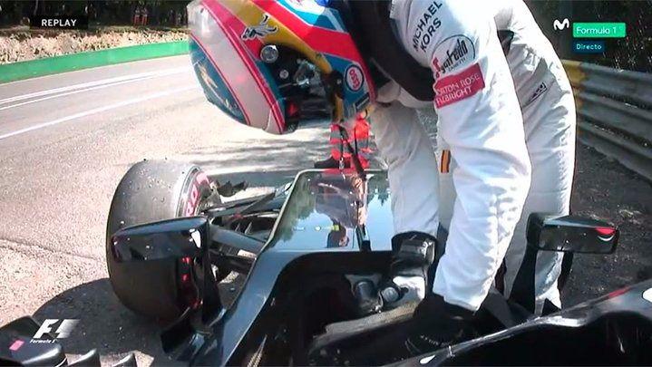 Alonso se baja del coche en la primera tanda de la clasificación en Spa