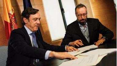 Juan Carlos Girauta y Rafael Hernando firman el pacto definitivo en el Congreso