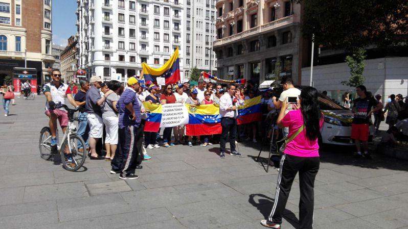 Maduro, erre que erre: expulsa a tres periodistas internacionales antes de la 'Toma de Caracas'