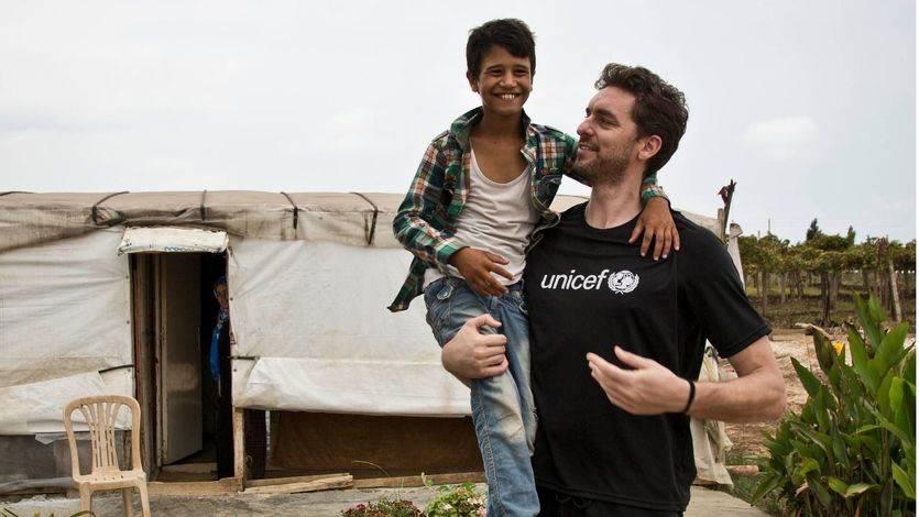 Pau Gasol, embajador de UNICEF, con refugiados sirios en Líbano