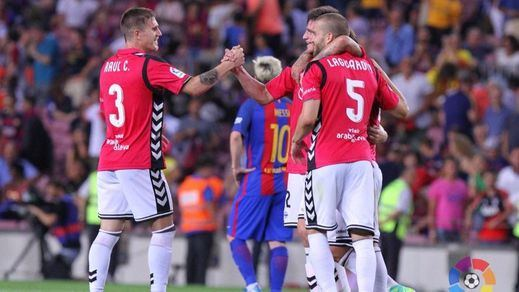 A la tercera, la primera derrota del Barça ante un sorprendente Alavés (1-2)