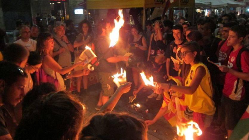 La quema de banderas de España, fotos del Rey y páginas de la Constitución manchan una Diada pacífica