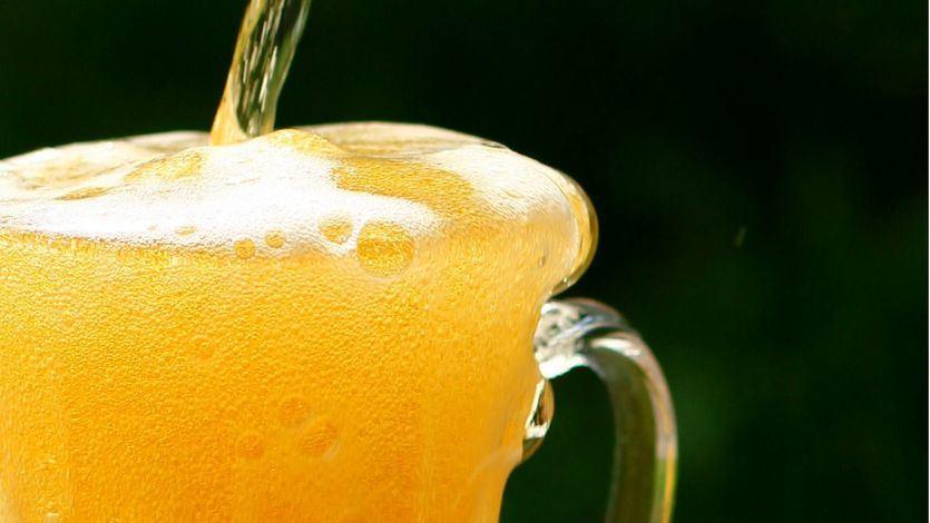 ¿Por qué la espuma detiene el movimiento de la cerveza?