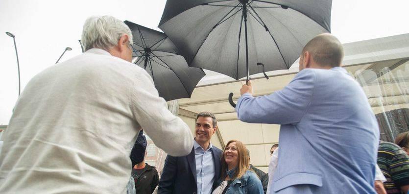 Pedro Sánchez, este domingo, bajo la lluvia en Vilagarcía.