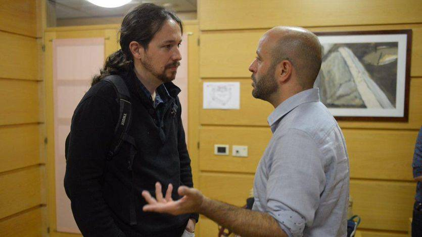 Iglesias conversa con el candidato de 'En Marea', Luis Villares' antes de comenzar un mitin