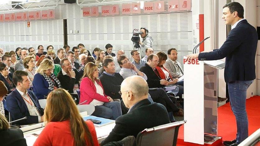 Los críticos del PSOE callan ante la falta de alternativa para 'derrocar' a Pedro Sánchez
