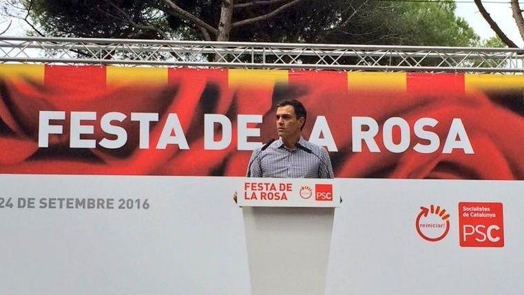 Sánchez se refugia en la Fiesta de la Rosa del PSC entre gritos de '¡Pedro, no hagas caso a los barones!'