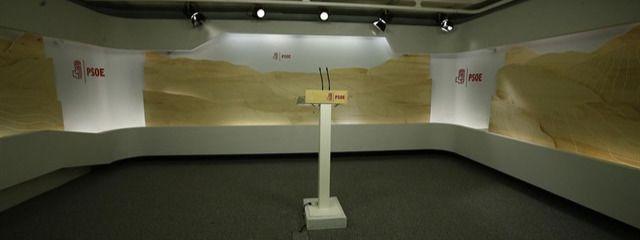 El PSOE ha cambiado el decorado de su sala de prensa este mismo lunes.